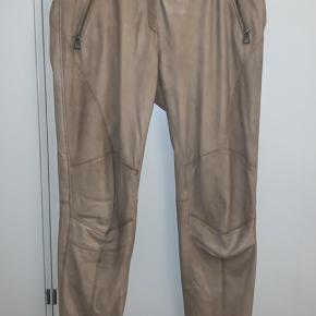 Bukserne er 100% lam