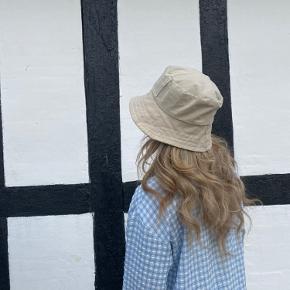 Handmade Buckethat i det fineste genbrugstekstil♻️ Disse hatte er unika - der er kun lavet denne ene💙 Lavet af @DamDamDesign