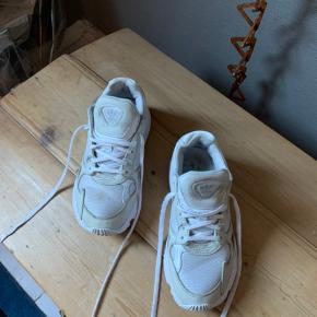 Hvide sko bliver hurtigt nussede :-)  Det er disse Adidas Falcon også blevet. De er brugt og trænger til en vask, men der er stadig masser af liv tilbage i dem.   De er str 38.