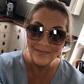 Solbriller, Næsten som ny. Sorø - Smuk solbrille, købt hos optiker sidste sommer, har fået ødelagt brille etuiet, men der medfølger et Gucci etui istedet..?. Solbriller, Sorø. Næsten som ny, Brugt og vasket et par gange men uden mærker eller skader