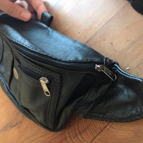 Læder taske. Syet læder. Sort bæltetaske. Tre rum med lynlås. Høj kvalitet.