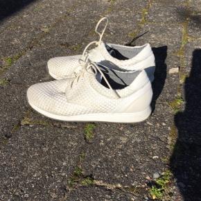 Fine hvide sneaks, som kun er brugt en gang til min konfirmation