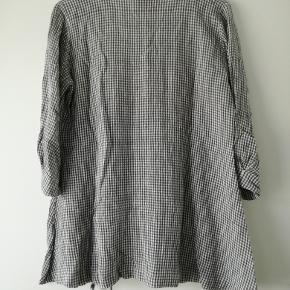 Dejlig tunika fra Masai. Ternet i grå og hvid. Brugt 4-5 gange. 53% viskose - 33% bomuld og 14% hør
