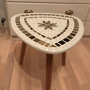 Nylavet mosaik bord i guld og hvid. Måler 40X40X40 cm. Kan sendes for 50 kr med dba