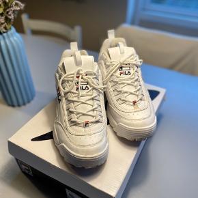 Næsten nye Fila sko, brugt få gange  Bud modtages :)  Husk og tjek min profil, for andet tøj
