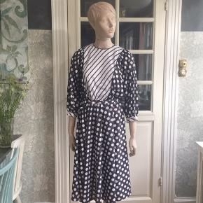 Den herligste vintagekjole fra ca 1980. Strækstof i polyester. Med bælte i stoffet.  Livvidde 66 til 106cm. Brystvidde 102cm+ (flagermusærmer). Se også mine mange andre sager. Jeg giver gerne mængderabat;-) #Secondchancesummer #truevintage #vintagekjole #80erkjole #originalvintage