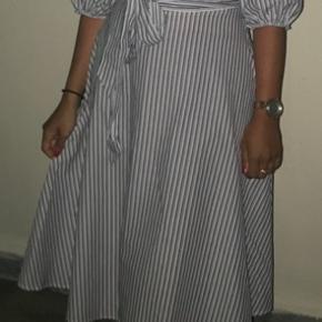 Sød kjole brugt 2 gange - sælges billigt.   Den er lille i størrelsen