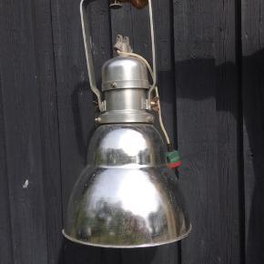 Gammel industri-lampe med 500 W pære. Råt industri-look og derved med brugsspor.