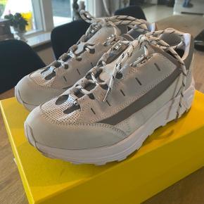 Super fede hvid/grå ganni sneakers str 41 - kun prøvet på. De er str svarende og æske medfølger. Nypris 2500 kr.