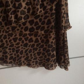 Brand: Co'coture Varetype: Andet Farve: Leopard Oprindelig købspris: 699 kr. Prisen angivet er inklusiv forsendelse.  Smuk mesh nederdel brugt max to gange