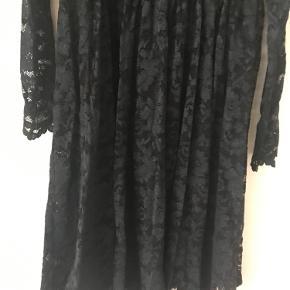 Smuk mørkeblå / sort kjole i blonde fra Ganni.  Kan afhentes på Frederiksberg eller sendes på købers regning :)