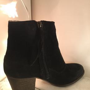 Smukke Dico Copenhagen støvler i sort ruskind. De har et tilsigtet slidt look på snuden.  Brugt få gange, da de desværre er lidt for små til mig.   Spørg endelig og kom med et bud 🙂