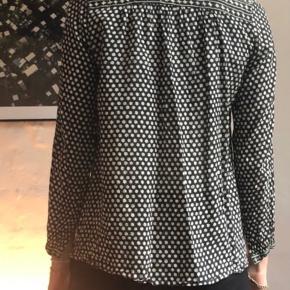 Fin og nem skjorte i 100 % bomuld, en anelse gennemsigtig, derfor er alle mærker taget af. Fransk størrelse 38, svarer til str. 36.