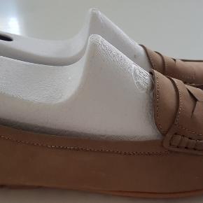 Et par fine loafers fra Bellini 1975, Made in Italy. De har kun været brugt et par gange. Str: 41 - indvendig mål 27,5 cm, indvendig mål det bredeste sted er ca. 9 cm Materiale: nubuck - indvendig skind Pris: 200 kr. PP