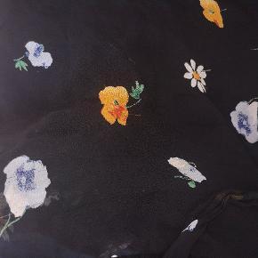"""Wrap skirt fra Ganni, brugt meget få gange. 2 tråde på blå og orange blomst er en smule """"forskubbet"""". Fremstår ellers som ny.  Str 42, men passes også af en str. 40."""