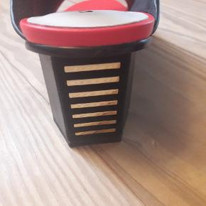 Fede sandaler/heels. Helt nye i kasse med ekstra hæledut. Superflotte sandaler med 6-6,5 cm hæl. Ægte skind, flotte farver. Købt i april 2019. Købt for 225 EUR = 1688 kr. Afventes i Hinnerup eller sendes med Dao for 40 kr. Mobilepay.
