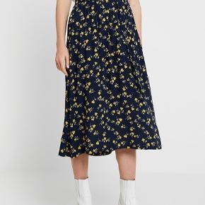 Superfin nederdel, med elastik og bindebånd. Brugt få gange, fremstår som ny.