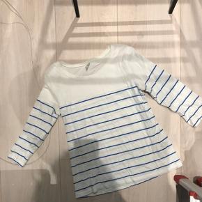 Hvid T-shirt med blå striber, trekvartærmer  Sendes på købers regning  Bud modtages