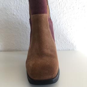 Milini, ruskind / nubuck støvletter med 70'er vibes. Str. 39. Cognac, bordeaux og mørkegrøn. Hælhøjde: 10 cm  Super elegante og behagelig at have på. Brugt få gange - har lidt beskidt på hæl (kan nok renses væk).