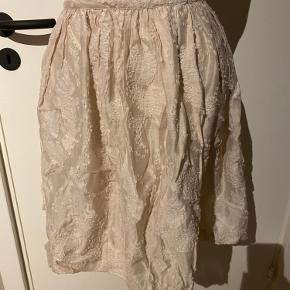 ✨ Smuk unik beige nederdel i jaquard stof. Aldrig brugt og stadig med prismærke. ✨