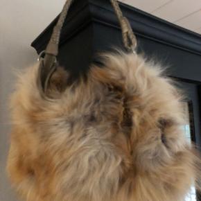 Super fed taske med gode detaljer  Der er brugsspor inde i tasken, men tasken er intakt 😊