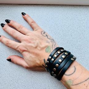Læder armbånd med nitter