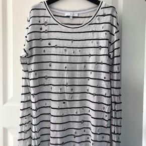 IRO bluse  Str. xs ( passer også s-m) Rummelig model. Brugt meget lidt. Porto 38 kr. Hentes is Rungsted. Kontakt også på 20867272