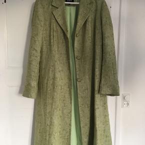 Vintage mintgrøn frakke i en størrelse der nok svarer til small  Kan også passes af xs og m alt efter hvordan man vil have den skal sidde.  Kan styles så fedt!  Byd🍀