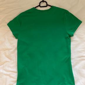 Ralp lauren t-shirt  str. 36 men kan passes fra str. 34-38 Kun brugt et par gange, ingen huller eller pletter.  Byd gerne! Skriv venligst til mig hvis du er interesseret❤️ Køber betaler fragt