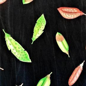Brand: Fjer design Varetype: tørklæde - Vidunderlige fjer på silke Størrelse: 35 x 158 cm Farve: Multi  Lækker silke i mellem tyk kvalitet , med de skønneste fjer . Bund er sort med utydelige streger , der skal foregive et hånd malet / batik produkt . Måler ca 35 x 158 cm. Hånd sømmet kant.