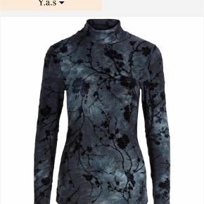 Brand: YAS Varetype: Bluse Farve: Ukendt  YAS bluse str L. Tæt siddende model.  Farven er mørk grønlig med sort mønster.  Fra ikke ryger hjem  Helst mp  Sender med DAO