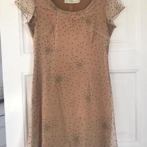 Vintage kjole.  Brun creme farve Ingen bytte Fast pris Ikke flere fotos eller mål