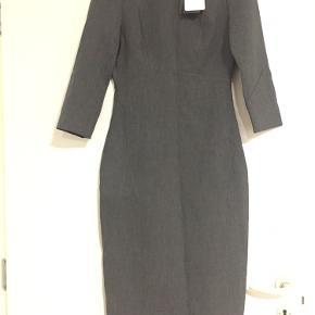Flot og elegant gråfarvet kjole fra Zara. Lang i længden og passer rigtig fint til arbejdsrelateret events eller konference. Aldrig brugt, stadig med prismærke på. Passes af en S.
