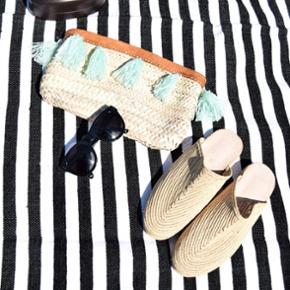Håndlavet strå Boho clutch med tassels og læder finish. Perfekt til stranden ☺. Ubrugt. Skoene er også til salg.