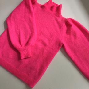 Cool neonpink sweater, som har været brugt én gang. Den er i perfekt stand.   Varen befinder sig i KBH K.