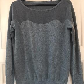 Dri-fit bluse fra Nike. Feminin pasform. Gråblå farve.  Ingen fejl eller mærker.  Fast pris Kun TS salg