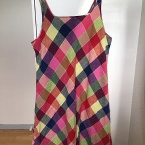 Super fin multifarvet kjole i hør med tern i midilængde og med smalle stropper og små læg fortil. Printet er i farverne bl.a. rød, lime, lilla, blå og pink. Den er formentlig fra 90'erne. Passer str. L. Kom med et bud.   Varen befinder sig i 9520 Skørping. Sender med DAO.  Se også min øvrige annoncer. Jeg sælger tøj, sko og accessories. Pt er min shop fuld af vintagekup, high street fund og mærkevarer i mange forskellige str. Kig forbi og spøg endelig!
