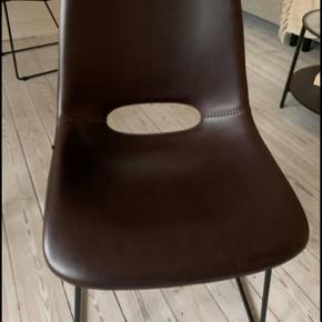 Har kun været i brug i 3 måneder. Den ene stol har en mini ridse, som kan anes på billede 4. Sælges samlet. Kan afhentes på Holmen, Christianshavn.  Kan stadig fås på Ellos, hvis man er interesseret i flere: https://www.ellos.dk/ellos-home/stol-ziggy-2-pak/1545455-03-0?sp_mail_spot=82920d5&sp_mail_name=DM86896&extcmp=dk_email&utm_campaign=DM86896&utm_medium=email&utm_source=service&sp_mid=0443586870