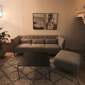 Flot lysegrå sofa med tilhørende puf.  Sælges kun fordi vi er blevet flere i sofaen og må have noget større.  Super flot bagside, hvis sofaen skal stå i åbent rum.  Mål på sofa: 207x86                      Sidde højde 44                      Ryg/armlæn højde 76  Mål på puf: 67x72 h.43  Nypris: Sofa 7.999 Puf 1.999  Kvittering haves