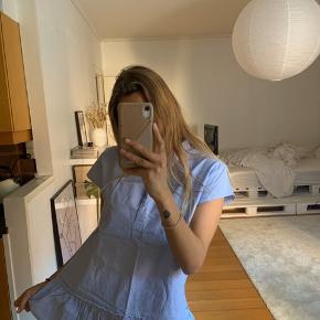 Fejlkøb. Købt i Norr tilbage i 2016. Størrelse small. T-shirt skøjtet med lyseblå sømands striber. Oversized fit. Byd