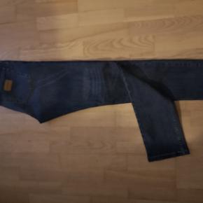 Fede jeans fra JJ. Str 34/34. Som nye. Sælges da de ikke er blevet brugt. Mobilpay foretrækkes og køber betaler for porto ved forsendelse