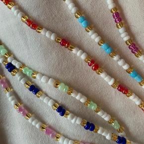 Håndlavet halskæde til 70kr🌸 Findes i flere forskellige farver. Kan også laves med sølv perler.  Prisen er fast. Se mere på Instagram: @muluadesign