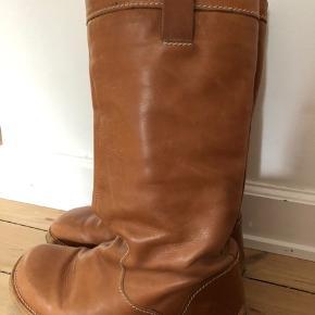 Angulus støvler i skind. Er brugte og har brugsspor og trænger til pudsning. Nypris 1500 kr. Str. 38,5.