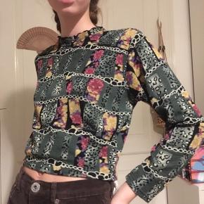 Bluse med sejt mønster. Cropped. ⭐️