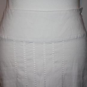 Nederdel i hør-materiale. Fint hul-mønster foran.Taljemål, målt fra side til side: 39 cm.