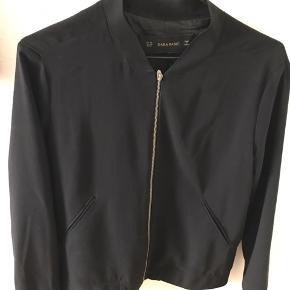 Lækker, tynd sommerlig bomber jakke med lynlås foran.  Blødt og let materiale