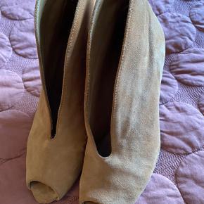 Håber en kan bruge dem da jeg ikke kan gå i høje sko mere, en flot sko sidder pænt på foden