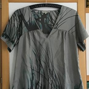 Sød silkekjole. Måler fra ærmegab til ærmegab 43 cm. Længden 90 cm.