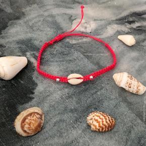 Pink armbånd med 1 musling og 2 perler ❌ JULETILBUD, 20% PÅ ALLE SMYKKER + GRATIS FRAGT VED KØB FOR OVER 150kr ❌