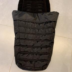 Kørepose fra Baby Jogger  Fleeceforet og dejlig kørepose til City-vogne fra Baby Jogger. Holder barnets ben og fødder varme på køreturen. Passer til City Mini, City Mini GT og City Elite fra Baby Jogger.  Brugt meget lidt, er som ny.